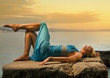 Mujer que se relaja cerca del mar imagen de archivo