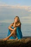 Mujer que se relaja cerca del mar fotografía de archivo libre de regalías