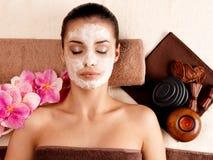 Mujer que se relaja con la máscara cosmética en cara Fotos de archivo libres de regalías