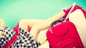 Mujer que se relaja después de embalar la maleta para las vacaciones Fotografía de archivo