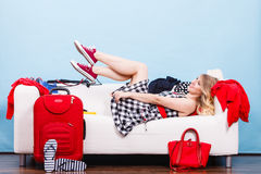 Mujer que se relaja después de embalar la maleta para las vacaciones Foto de archivo libre de regalías