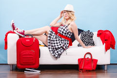 Mujer que se relaja después de embalar la maleta para las vacaciones Imágenes de archivo libres de regalías