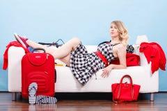 Mujer que se relaja después de embalar la maleta para las vacaciones Fotografía de archivo libre de regalías