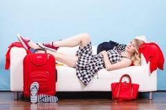 Mujer que se relaja después de embalar la maleta para las vacaciones Fotos de archivo libres de regalías