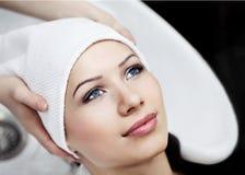 Mujer que se relaja después de lavar y de tratar el pelo Imagen de archivo