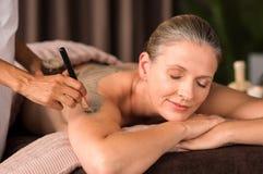 Mujer que se relaja durante el tratamiento del fango imagenes de archivo