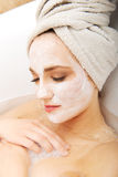 Mujer que se relaja en bañera con la mascarilla Fotos de archivo
