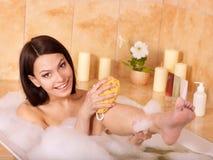 Mujer que se relaja en baño. Imagen de archivo libre de regalías