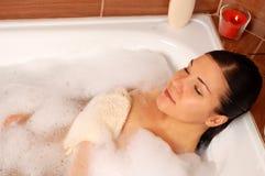 Mujer que se relaja en baño Imagen de archivo