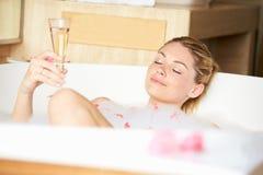 Mujer que se relaja en baño de burbujas Fotografía de archivo