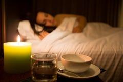 Mujer que se relaja en cama Imagen de archivo