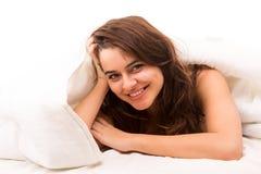 Mujer que se relaja en cama Fotografía de archivo