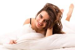 Mujer que se relaja en cama Foto de archivo libre de regalías