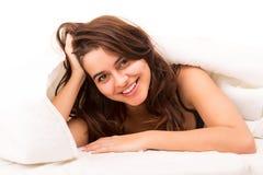 Mujer que se relaja en cama Fotos de archivo libres de regalías