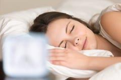 Mujer que se relaja en cama antes de ir en el trabajo Fotos de archivo