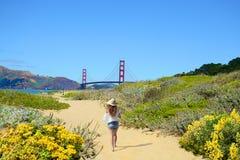 Mujer que se relaja en caminar viaje en la playa Foto de archivo