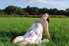 Mujer que se relaja en campo fotografía de archivo libre de regalías