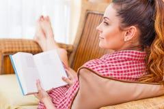 Mujer que se relaja en casa Fotografía de archivo libre de regalías