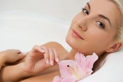 Mujer que se relaja en cuarto de baño fotos de archivo libres de regalías