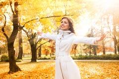 Mujer que se relaja en día hermoso del otoño Imagenes de archivo