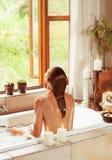 Mujer que se relaja en el baño Foto de archivo libre de regalías