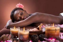Mujer que se relaja en el balneario de la belleza Foto de archivo libre de regalías