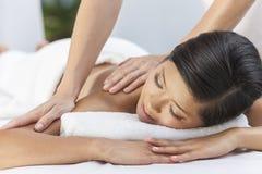 Mujer que se relaja en el balneario de la salud que tiene masaje fotos de archivo