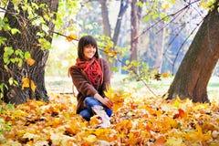 Mujer que se relaja en el bosque, otoño al aire libre Imagenes de archivo