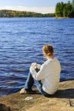 Mujer que se relaja en el lago hermoso Fotos de archivo libres de regalías