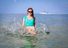 Mujer que se relaja en el océano Imágenes de archivo libres de regalías