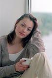 Mujer que se relaja en el país Imagen de archivo libre de regalías
