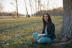 Mujer que se relaja en el parque Foto de archivo libre de regalías