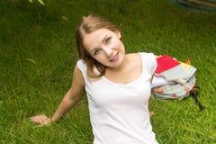 Mujer que se relaja en el parque que parece feliz y la sonrisa, al aire libre Fotografía de archivo