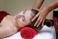 Mujer que se relaja en el tratamiento de la belleza, masaje facial Fotografía de archivo libre de regalías