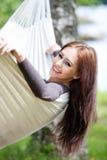 Mujer que se relaja en hamaca Foto de archivo