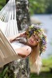 Mujer que se relaja en hamaca Fotos de archivo libres de regalías