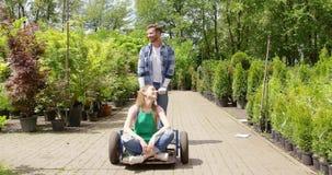 Mujer que se relaja en jardín almacen de video