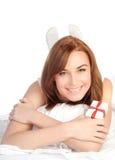 Mujer que se relaja en la cama Fotos de archivo libres de regalías