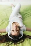 Mujer que se relaja en la cama Foto de archivo