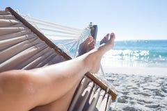 Mujer que se relaja en la hamaca Foto de archivo libre de regalías