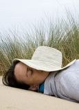 Mujer que se relaja en la playa Fotos de archivo libres de regalías