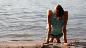 Mujer que se relaja en la playa almacen de metraje de vídeo