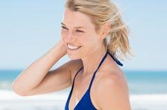 Mujer que se relaja en la playa imagenes de archivo