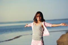 Mujer que se relaja en la playa Fotografía de archivo libre de regalías