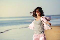 Mujer que se relaja en la playa Fotografía de archivo