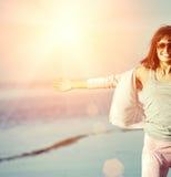 Mujer que se relaja en la playa Imagen de archivo