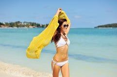 Mujer que se relaja en la playa, disfrutando de la libertad del verano Fotos de archivo libres de regalías