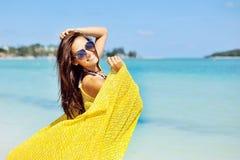Mujer que se relaja en la playa, disfrutando de la libertad del verano Imágenes de archivo libres de regalías