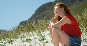 Mujer que se relaja en la playa en un día soleado 4k almacen de metraje de vídeo