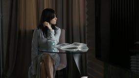 Mujer que se relaja en la tabla almacen de video